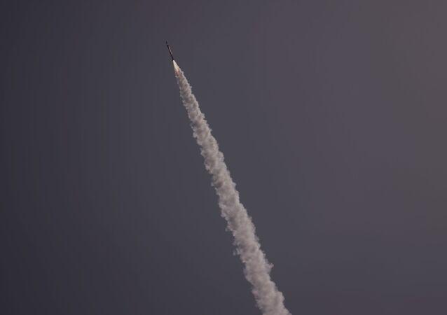 القبة الحديدية تتصدى صواريخ المقاومة الفلسطينية من قطاع غزة باتجاه أراضي غلاف غزة، فلسطين 12 مايو 2021