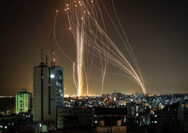 إطلاق المقاومة الفلسطينية الصواريخ من قطاع غزة باتجاه مدينة تل أبيب رداً على قصف برج مكون من 12 طابق في مدينة غزة، فلسطين 11 مايو2021