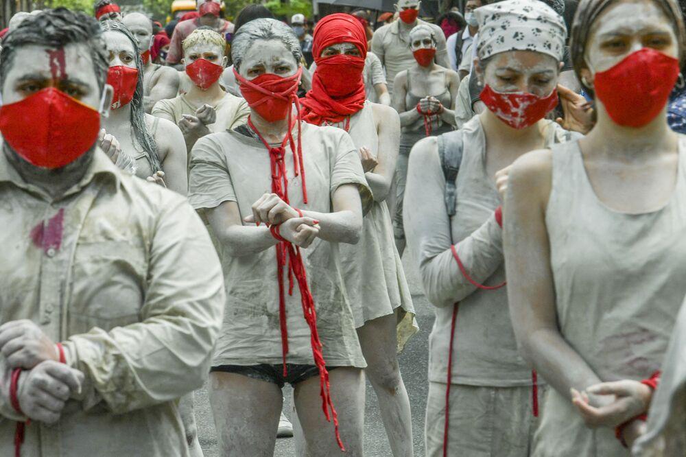 المشاركون في فعالية احتجاجية ضد سياسة الحكومة الكوولمية العنيفة التي أسفرت عن مقتل 42 متظاهر منذ 28 أبريل الماضي في ميديلين، كولومبيا 12 مايو 2021