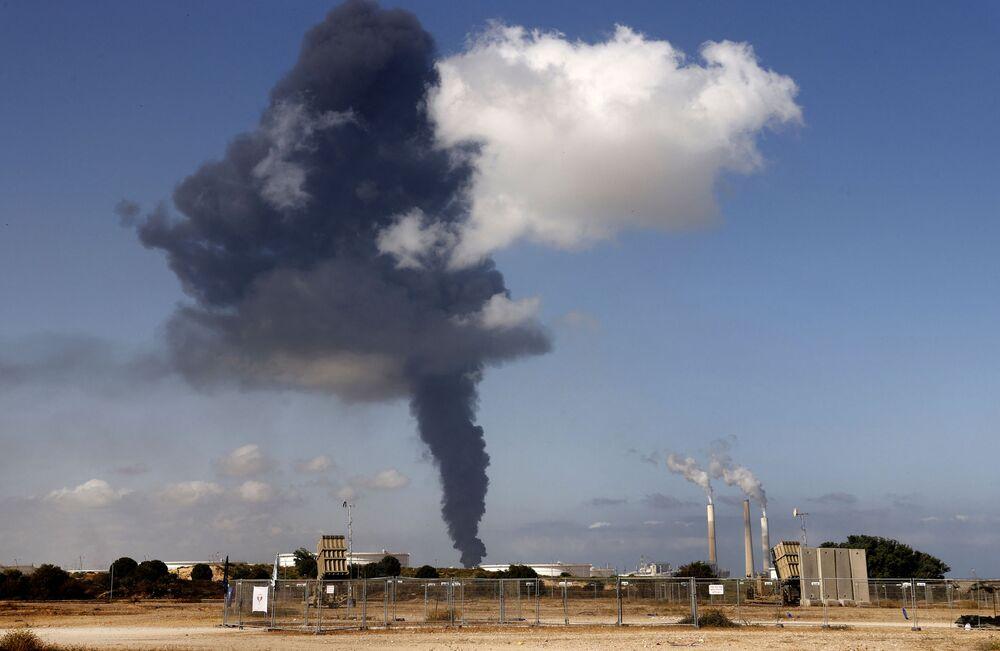 أعمدة الدخان تتصاعد بعد قصف فصائل الفلسطينية موقع المخزن النفطي لمحطة كهربائية في عسقلان، جنوب إسرائيل 12 مايو 2021