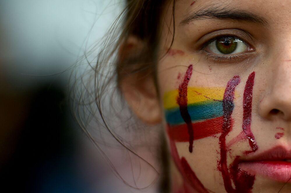 طالبة تشارك في فعالية احتجاجية ضد سياسة الحكومة الكوولمية العنيفة التي أسفرت عن مقتل 42 متظاهر منذ 28 أبريل الماضي في كالي، كولومبيا 11 مايو 2021