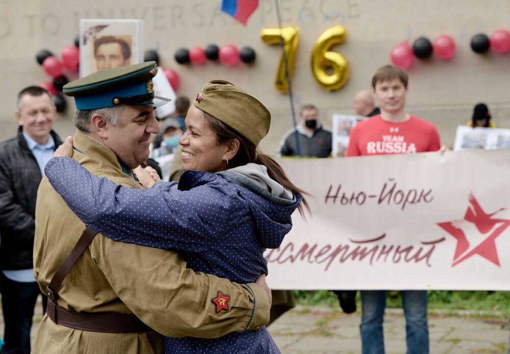المشاركون في فعالية الفوج الخالد يرقصون بمناسبة عيد النصر، مرور الذكرى الـ76 للانتصار على ألمانيا النازية في الحرب الوطنية العظمى (1941-1945) في نيويورك، الولايات المتحدة 8 مايو 2021