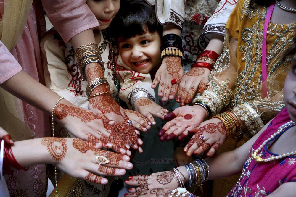 فتيات يظهرن أيديهن مرسومة بالحناء التقليدية تكريما لعيد الفطر في بيشاور، باكستان 13 مايو 2021