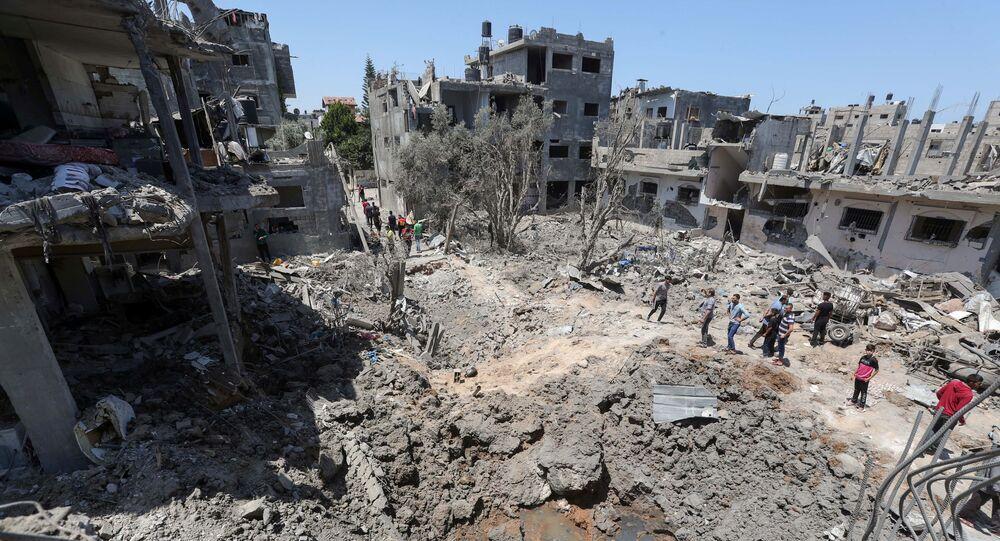 فلسطينيون يتجمعون حول مواقع منازلهم المقصوفة في شمال قطاع غزة، فلسطين 14 مايو 2021