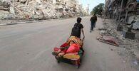 فلسطينيون يغادرون منازلهم عقب اشتداد قصف المدافع والطيران الحربي الإسرائيلي في شمال قطاع غزة، فلسطين 14 مايو 2021