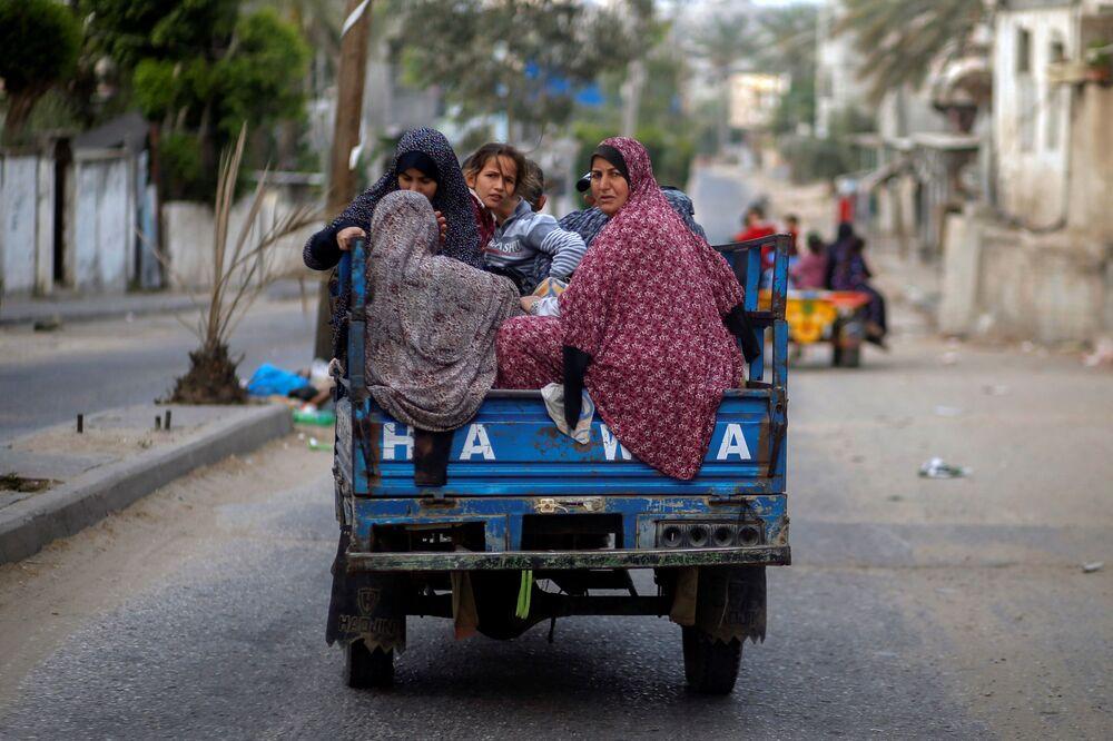 فلسطينيون يخلون منازلهم بعد اشتداد قصف المدافع والطيران الحربي الإسرائيلي في شمال قطاع غزة، فلسطين 14 مايو 2021
