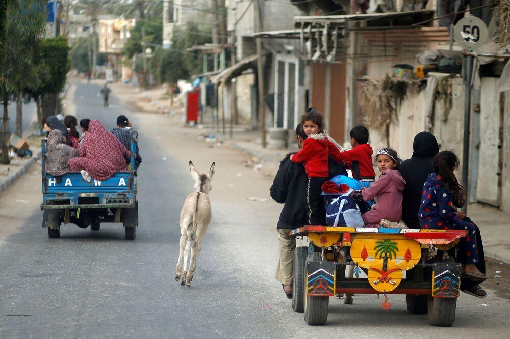 فلسطينيون يخلون أحياءهم بعد اشتداد قصف المدافع والطيران الحربي الإسرائيلي في شمال قطاع غزة، فلسطين 14 مايو 2021