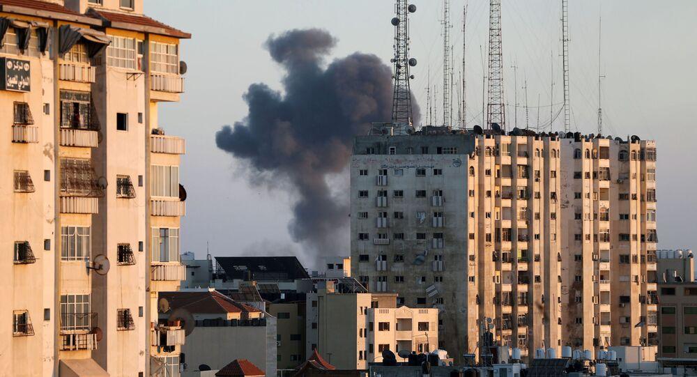 أدخنة تتصاعد من موقع قصف الطيران الحربي الإسرائيلي في مدينة غزة، فلسطين 13 مايو 2021