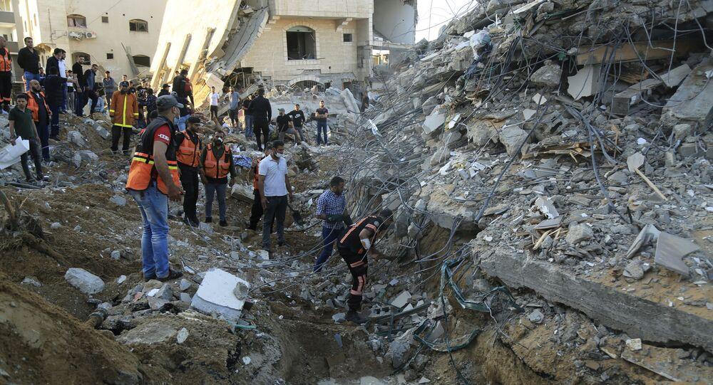 فلسطينيون يتجمعون حول مواقع منازلهم المقصوفة في بيت لاهيا، شمال قطاع غزة، فلسطين 13 مايو 2021