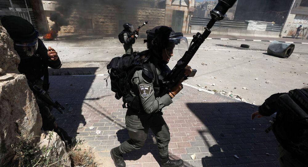مواجهات بين الشبان الفلسطينيين وقوات الشرطة الإسرائيلية في الخليل، الضفة الغربية، فلسطين 14 مايو 2021