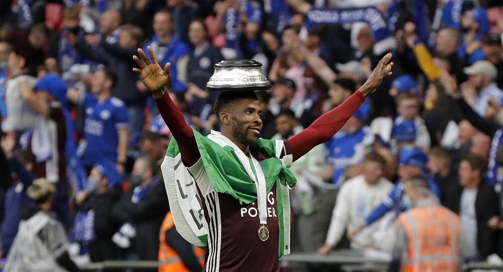 لاعب ليستر سيتي حمزة تشودري يرفع علم فلسطين أثناء احتفاله بلقب كأس الاتحاد الإنجليزي