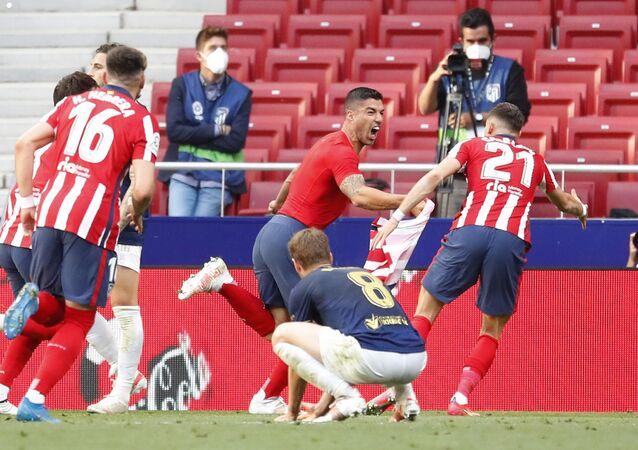 فرحة لاعب منتخب أوروجواي لويس سواريز ولاعبي أتليتكو مدريد بهدف الفوز على أوساسونا واعتلاء قمة الدوري الإسباني