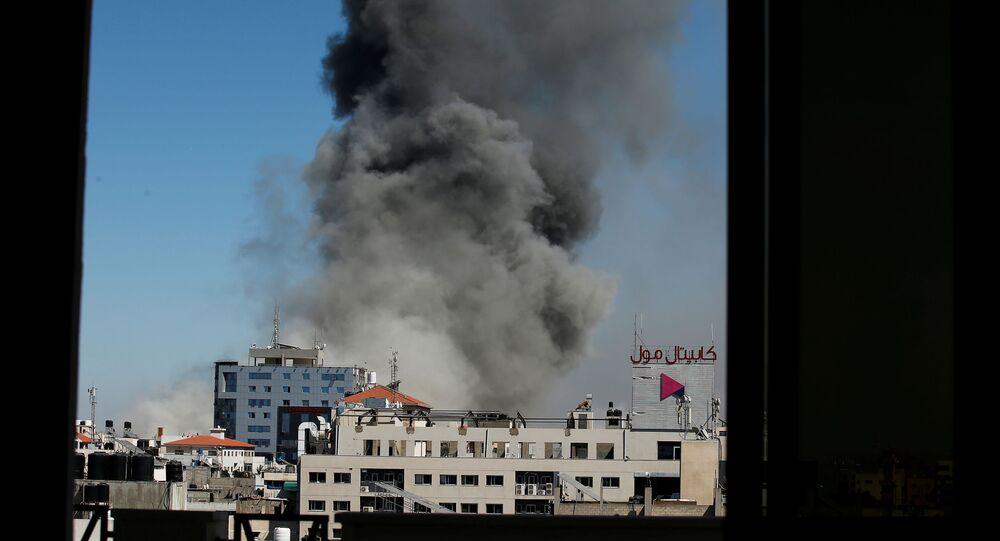 الطيران الحربي الإسرائيلي يقصف برج الجلاء وسط مدينة غزة، حيث كان يضم مكاتب لعدد من وكالات الأنباء الدولية منها قناة الجزيرة و أسوشيتد بريس، قطاع غزة، فلسطين 15 مايو 2021