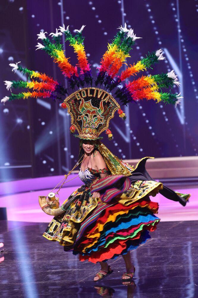 ممثلة بوليفيا لينكا نيمير، خلال فقرة الزي التقليدي في مسابقة ملكة جمال الكون 2021،  13 مايو 2021