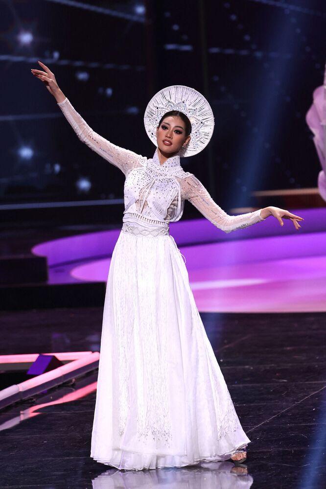 ممثلة فيتنام نغوين تران خان فان، خلال فقرة الزي التقليدي في مسابقة ملكة جمال الكون 2021،  13 مايو 2021