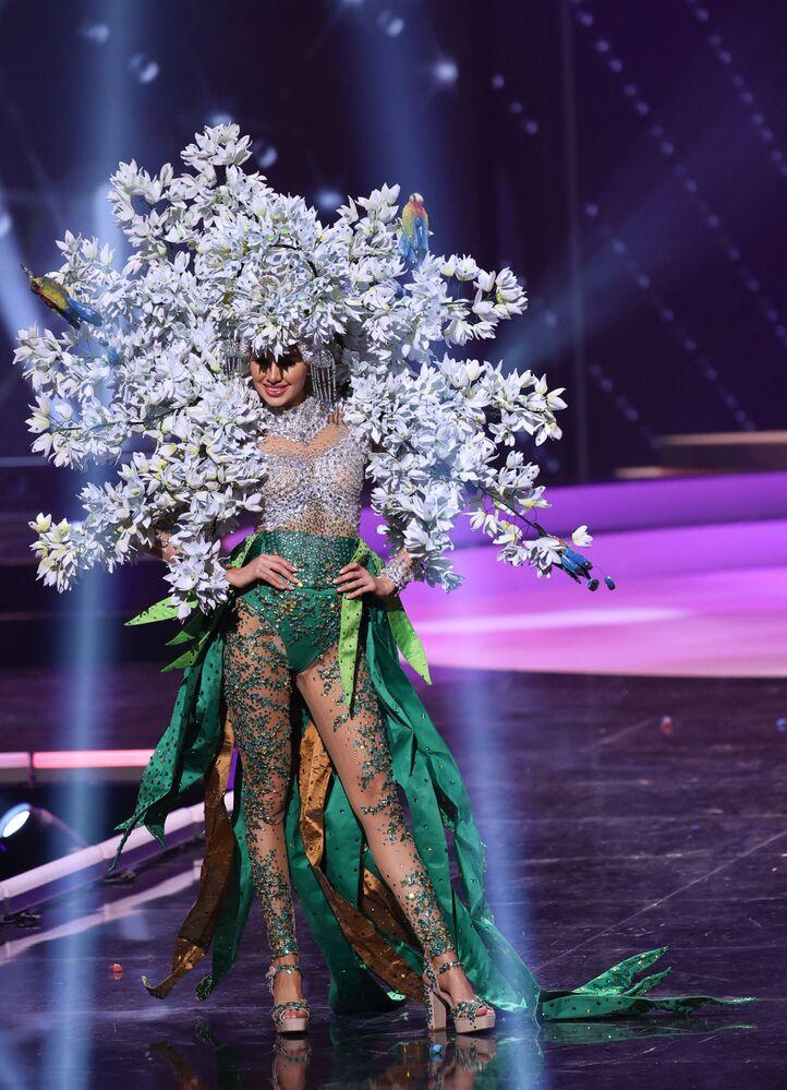 ممثلة السلفادور فانيسا فيلاسكيز، خلال فقرة الزي التقليدي في مسابقة ملكة جمال الكون 2021،  13 مايو 2021