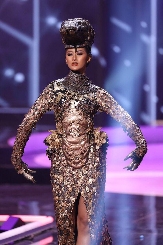 ممثلة إندونيسيا آيو ماوليدا بوتري، خلال فقرة الزي التقليدي في مسابقة ملكة جمال الكون 2021،  13 مايو 2021