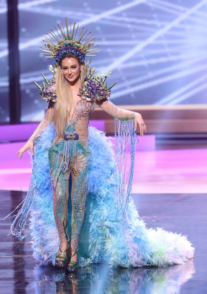 ممثلة تشيلي دانيال نيكولاس، خلال فقرة الزي التقليدي في مسابقة ملكة جمال الكون 2021،  13 مايو 2021