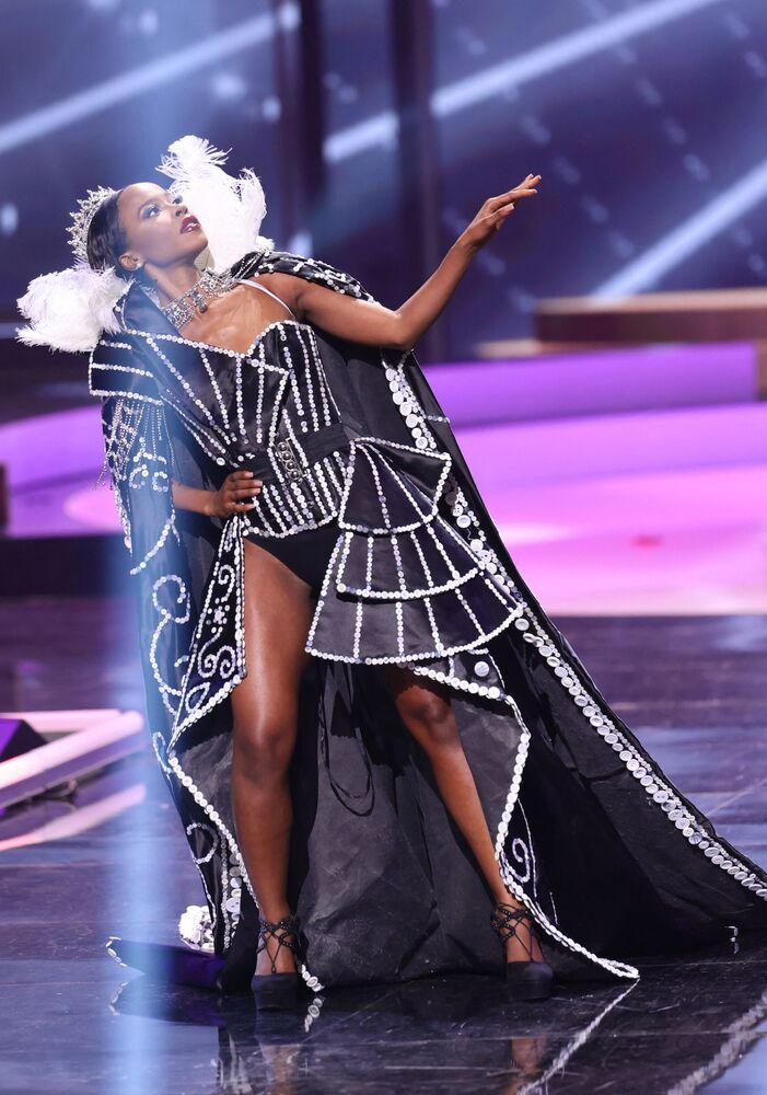 ممثلة بريطانيا جانيت أكوا، خلال فقرة الزي التقليدي في مسابقة ملكة جمال الكون 2021،  13 مايو 2021