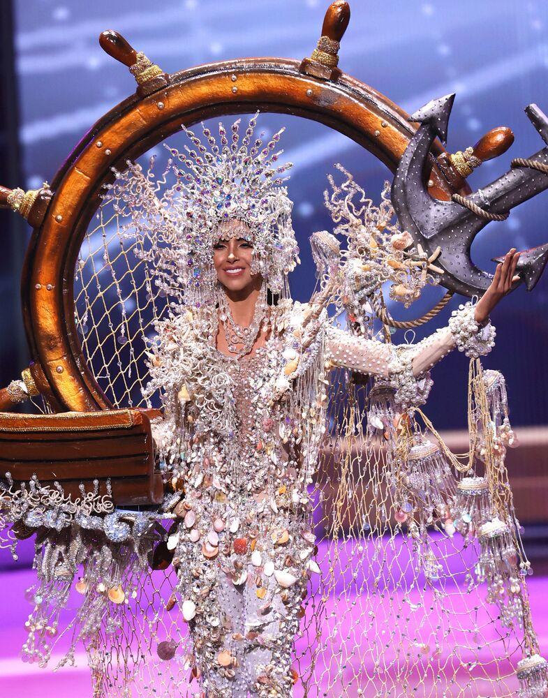 ممثلة بنما كارمين جاراميلو، خلال فقرة الزي التقليدي في مسابقة ملكة جمال الكون 2021،  13 مايو 2021
