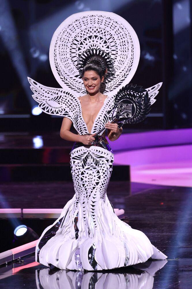 ممثلة أوكرانيا يليزافيتا ياستريمسكا، خلال فقرة الزي التقليدي في مسابقة ملكة جمال الكون 2021،  13 مايو 2021