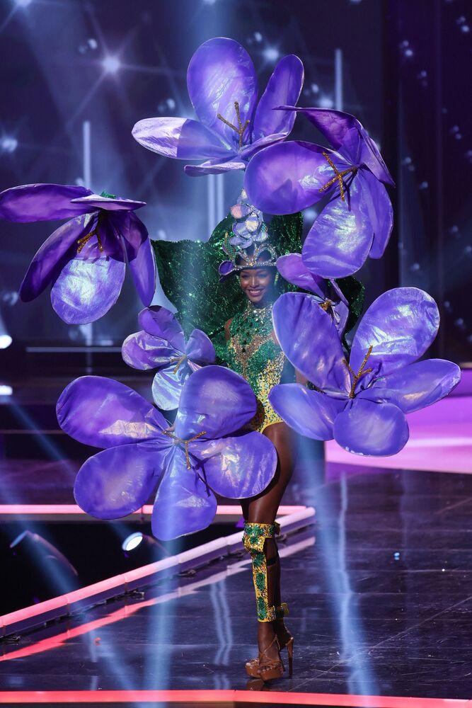 ممثلة جامايكا ميكيل-سيمون ويليامز، خلال فقرة الزي التقليدي في مسابقة ملكة جمال الكون 2021،  13 مايو 2021