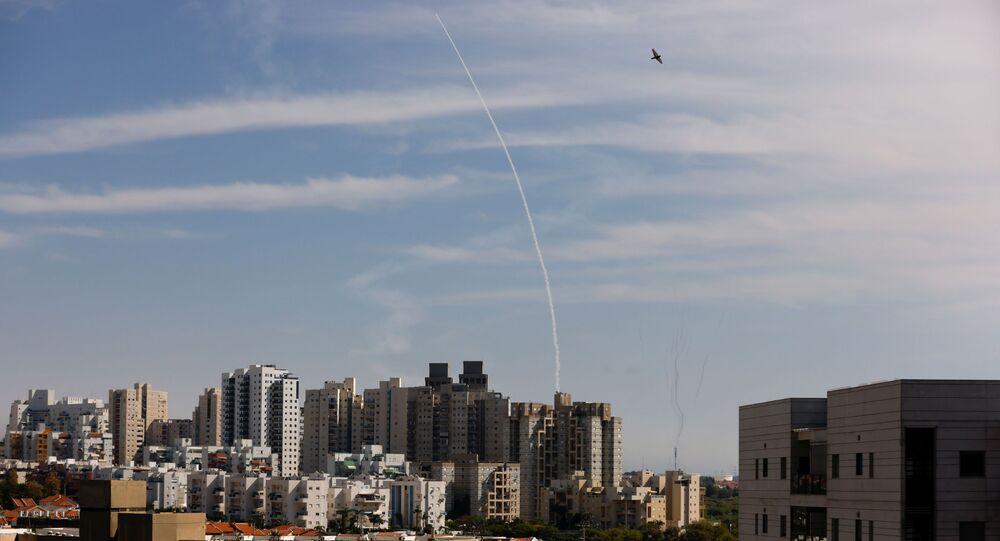 القبة الحديدية تتصدى صواريخ المقاومة الفلسطينية من قطاع غزة باتجاه أراضي غلاف غزة، عسقلان، فلسطين 16 مايو 2021