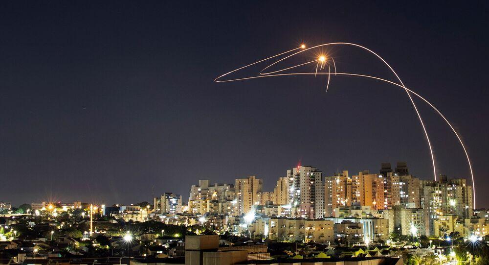 القبة الحديدية تتصدى صواريخ المقاومة الفلسطينية من قطاع غزة باتجاه أراضي غلاف غزة، عسقلان، فلسطين 14 مايو 2021