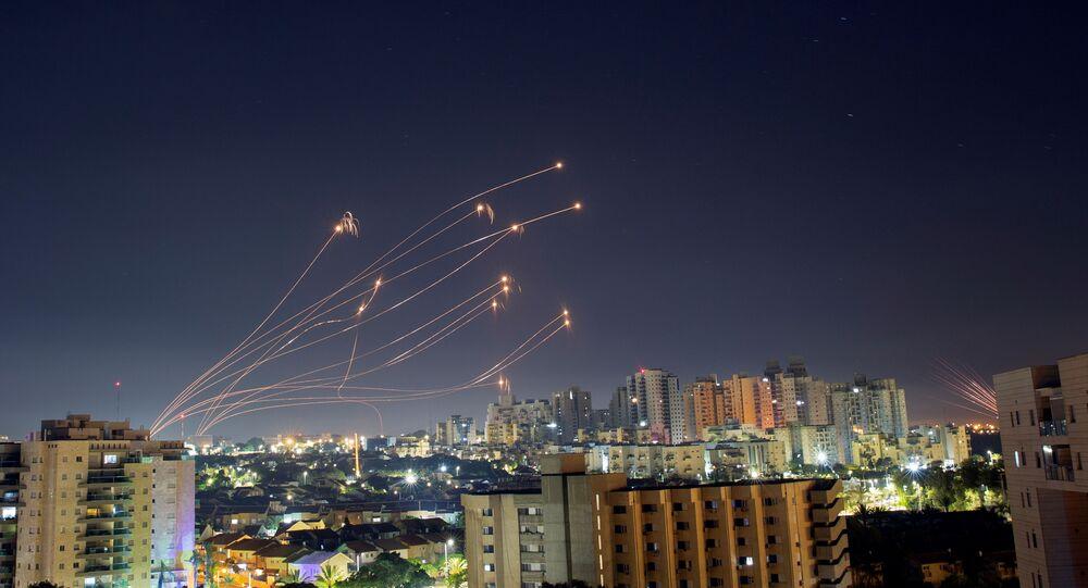القبة الحديدية تتصدى صواريخ المقاومة الفلسطينية من قطاع غزة باتجاه أراضي غلاف غزة، عسقلان، فلسطين 15 مايو 2021