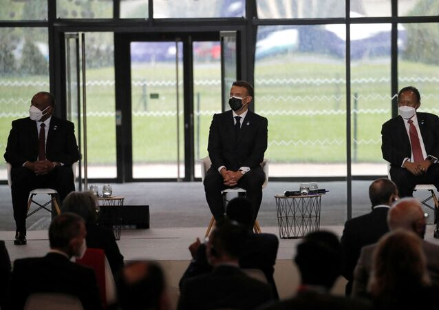 الرئيس الفرنسي إيمانويل ماكرون ورئيس الوزراء السوداني، عبد الله حمدوك، 17 مايو 2021