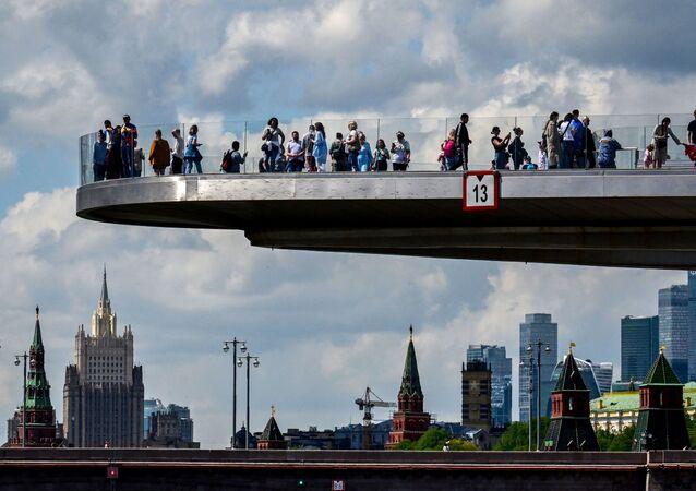 أشخاص يتنزهون على الجسر المعلق (بورياشي) بالقرب من الكرملين وسط مدينة موسكو، روسيا 17 مايو 2021