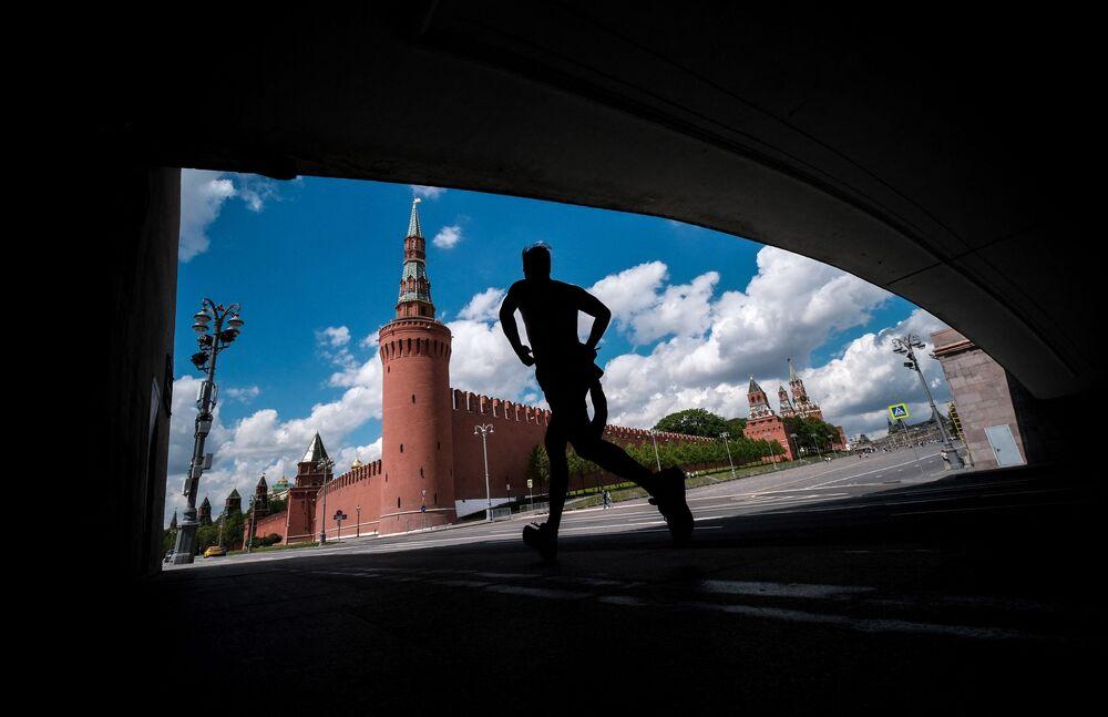 رجل يمارس رياضة الركض بالقرب من الكرملين في قلب العاصمة موسكو، روسيا 17 مايو 2021