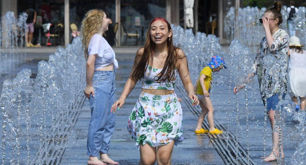 فتيات يركضن وسط نافورة مياه في حديقة موزيون وسط موسكو مع تسجيل درجة حرارة وصلت 29 درجة مئوية، روسيا 17 مايو 2021