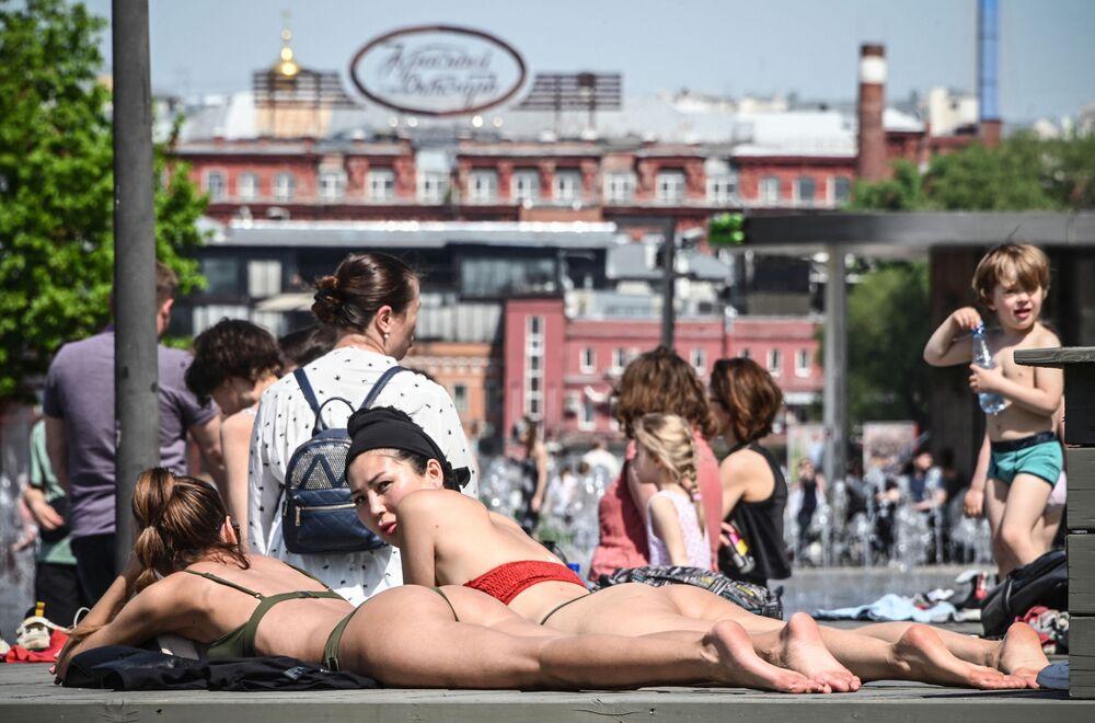 فتيات يرتدين زي السباحة وسط موسكو، روسيا 17 مايو 2021