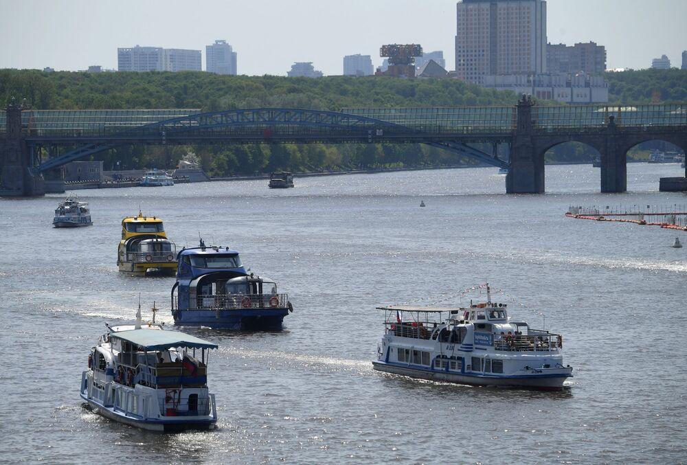 قوارب سياحية على نهر موسكو وسط مدينة موسكو، روسيا 17 مايو 2021