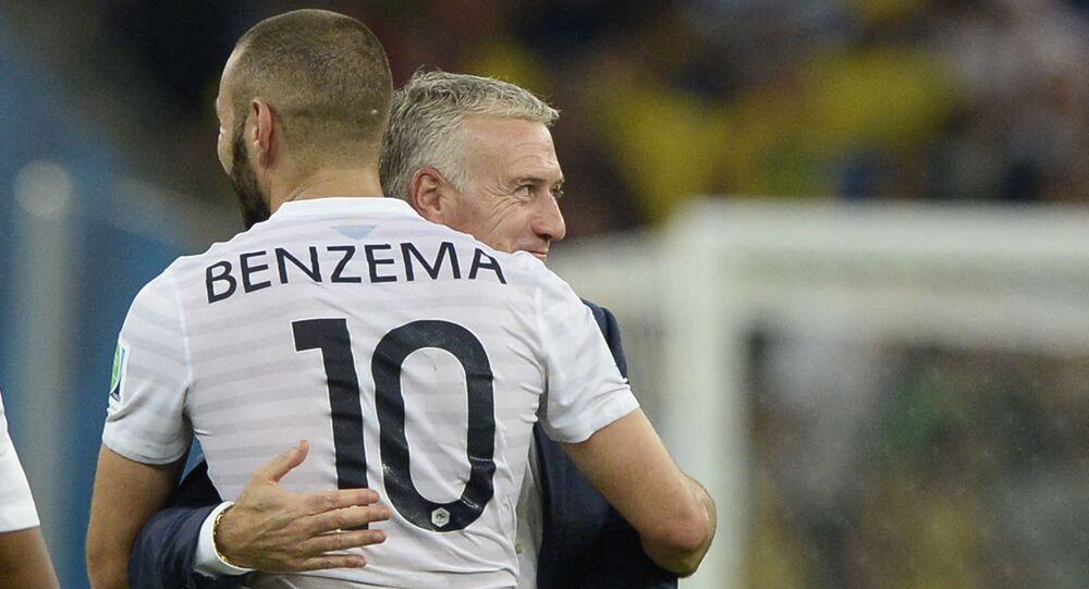مهاجم ريال مدريد الإسباني كريم بنزيما يحتضن المدير الفني لمنتخب فرنسا ديدييه ديشامب