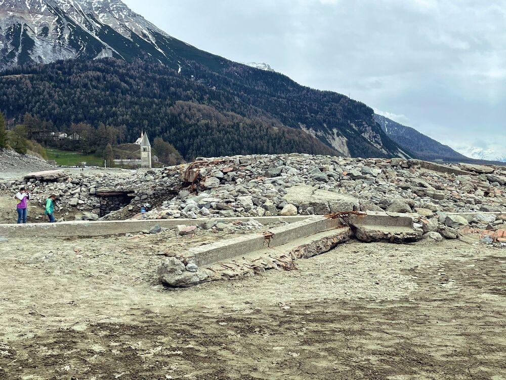 بقايا قرية كورون الإيطالية في موقع البحيرة الاصطناعية الجافة لاغو دي ريزيا في جنوب تيرول، إيطاليا