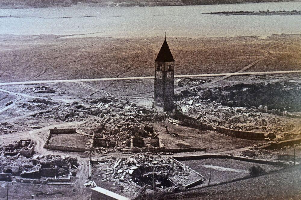 بقايا قرية كورون الإيطالية في موقع البحيرة الاصطناعية الجافة لاغو دي ريزيا في جنوب تيرول، إيطاليا 9 يوليو 2020