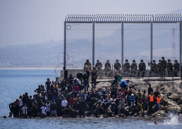 محاولة الآلاف من المهاجرين الوصول إلى جيب سبتة الإسبانية، الواقع شمال المغرب، 18 مايو 2021
