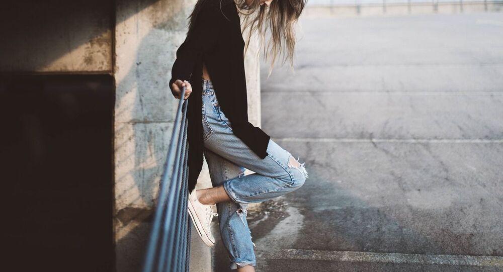 فتاة ترتدي بنطلون جينز
