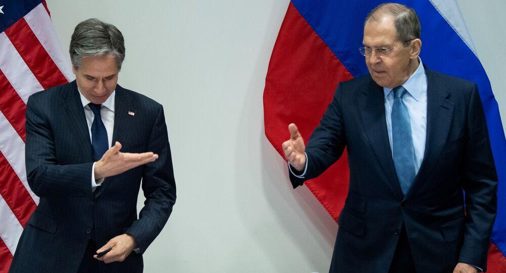 وزير الخارجية الأمريكي أنتوني بلينكين ووزير الخارجية الروسي سيرجي لافروف يوجهان إشارة عند وصولهما لحضور اجتماع في قاعة هاربا، على هامش القمة الوزارية لمجلس القطب الشمالي، في ريكيافيك، أيسلندا.