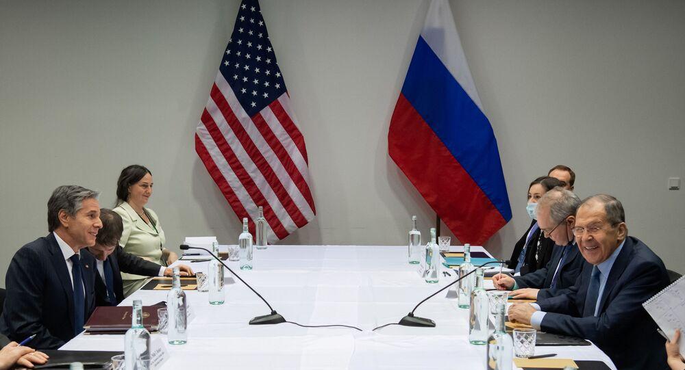 وزير الخارجية الأمريكي أنتوني بلينكن يلتقي بوزير الخارجية الروسي سيرجي لافروف، على هامش القمة الوزارية لمجلس القطب الشمالي، في ريكيافيك، أيسلندا.
