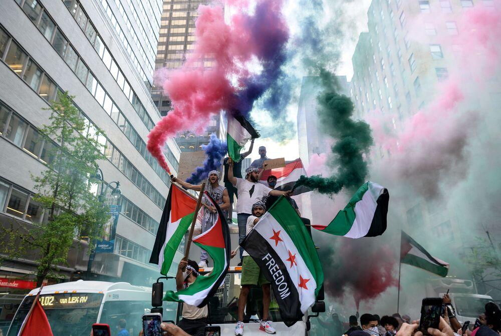 متظاهرون يرفعون علم فلسطين في مانهاتن، نيويورك، الولايات المتحدة 18 مايو 2021