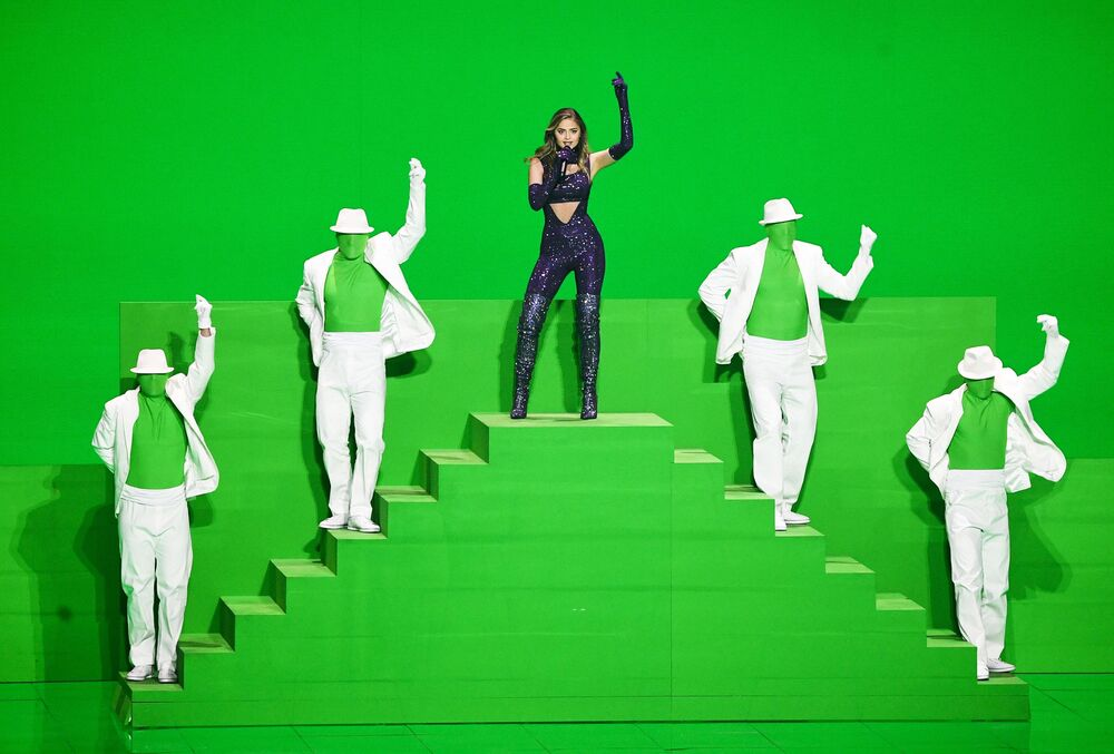 المغنية ستيافانيا، ممثلة اليونان، خلال فقرة فنية في نصف النهائي من مسابقة الغناء الأوروبية يويوفيجن-2021 في روتردام، هولندا 19 مايو 2021