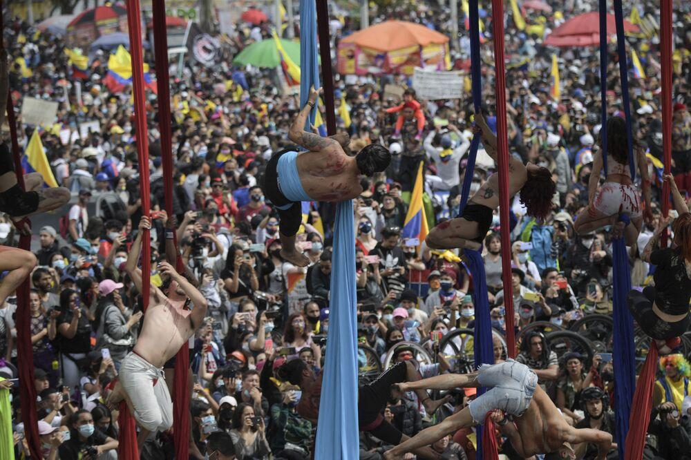فنانون يؤدون عرضًا ضمن مشاركتهم في فعالية احتجاجية ضد حكومة الرئيس الكولومبي إيفان دوكي، في بوغوتا في 15 مايو 2021