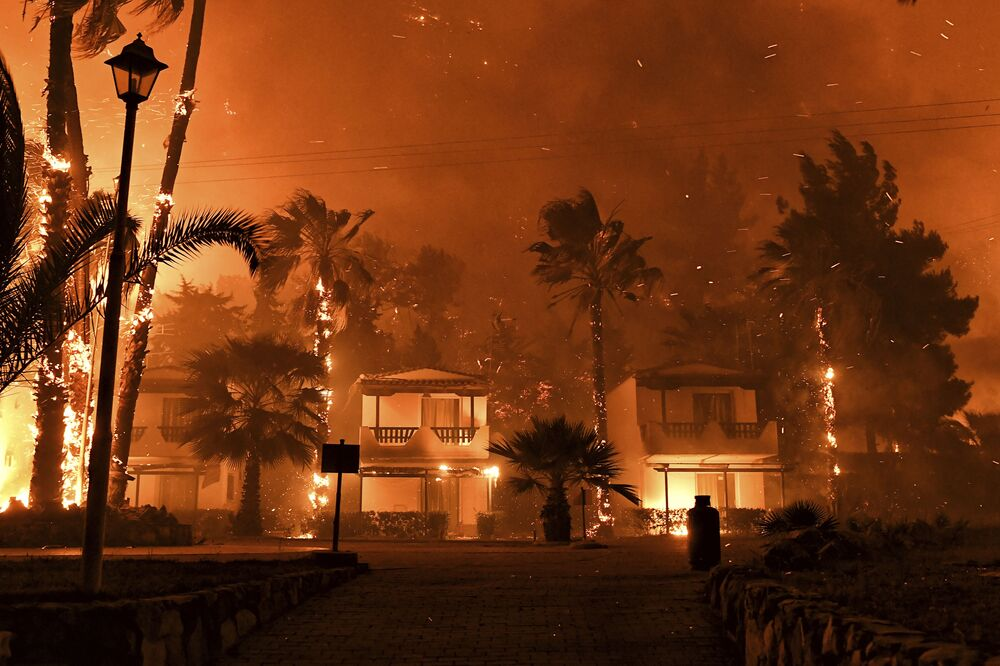 حريق غابات هائل في قرية شيناس بالقرب من كورينث في اليونان، 19 مايو 2021