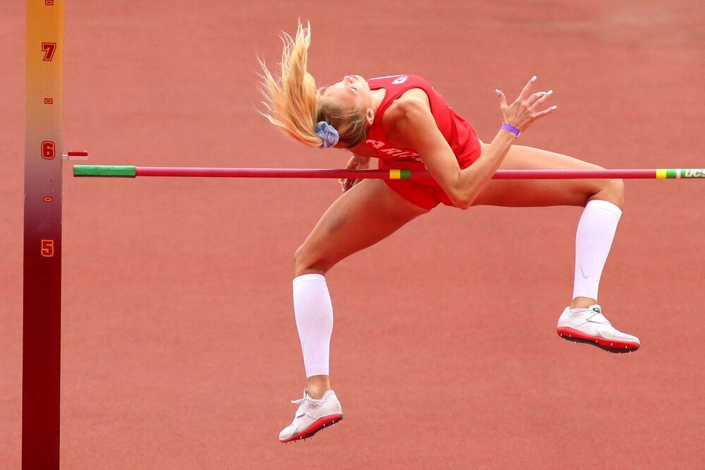 ليليان لوي من أريزونا تسقط العارضة في بطولة نهائي الوثب العالي في بطولة UCLA لألعاب القوى، كاليفورنيا، الولايات المتحدة 16 مايو 2021