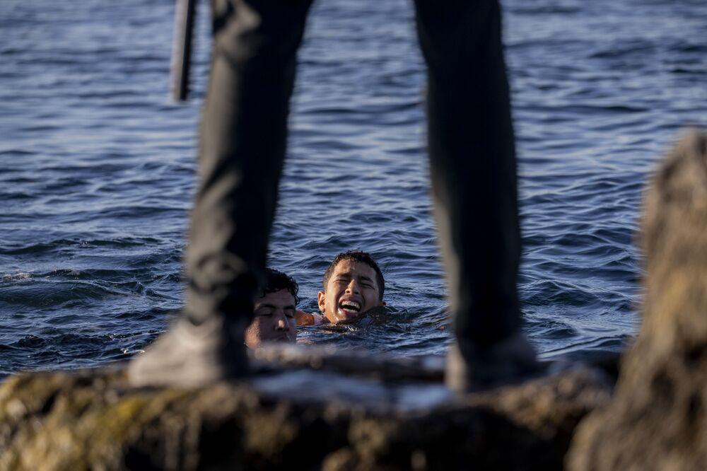 محاولة الآلاف من المهاجرين الوصول إلى جيب سبتة الإسبانية، الواقع شمال المغرب، 19 مايو 2021