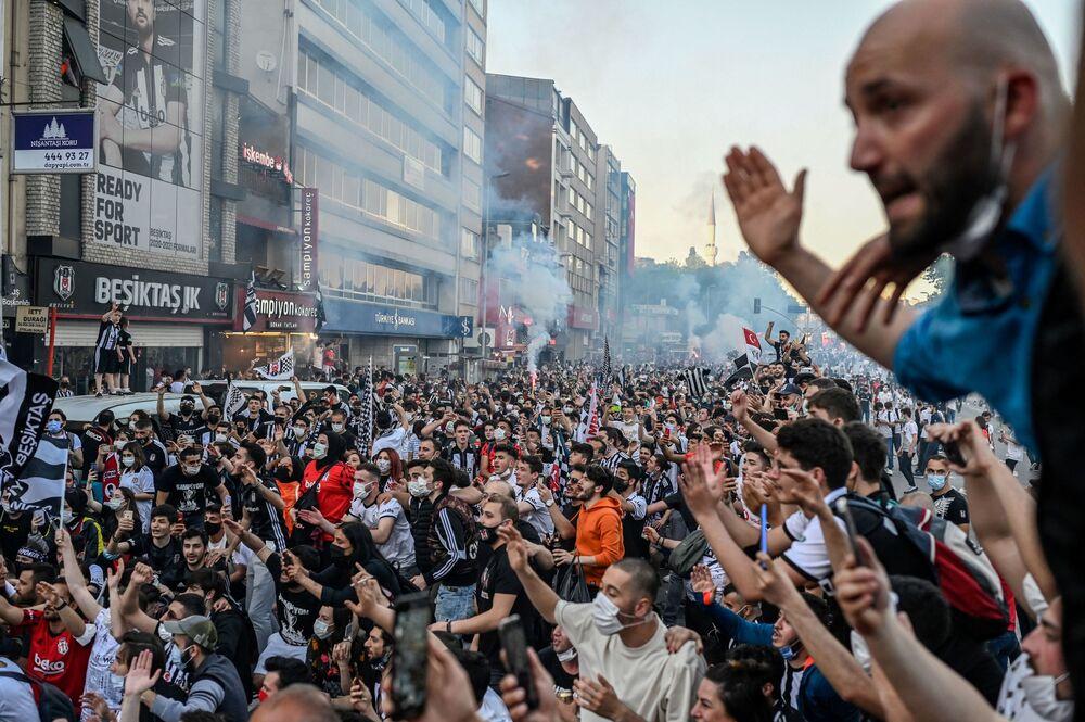 أنصار نادي بشكتاش يحتفلون بالفوز بالدوري التركي الممتاز في اسطنبول، تركيا 19 مايو 2021