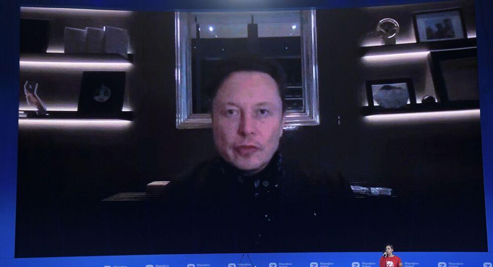الرئيس التنفيذي لشركة تسلا، لصناعة السيارات الكهربائية، إيلون ماسك خلال مؤتمر عبر الفيديو، تحت مسمى ماراتون المعرفة الجديدة